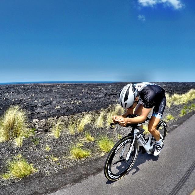 lars-petter-stormo-sykler-pa-queen-highway-hawaii