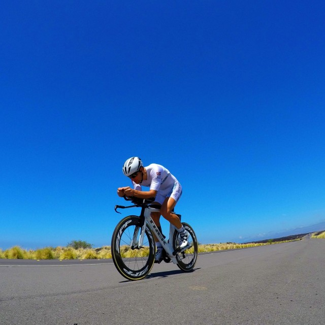 lars-petter-stormo-sykler-pa-queen-k-highway-hawaii-ny-tempodrakt